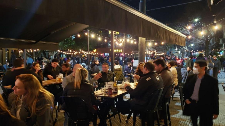 Coronavirus, Argentina, pandemia, gente en bares, foto Twitter