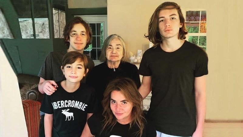 Nancy Pazos junto a sus hijos y su madre antes del fallecimiento