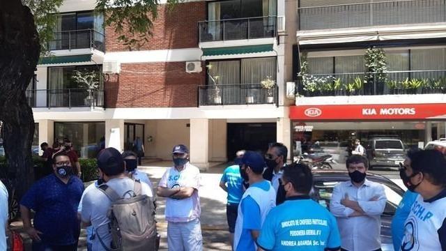 Delegados del Sindicato de Choferes Particulares en la puerta de la casa de Mirtha Legrand.