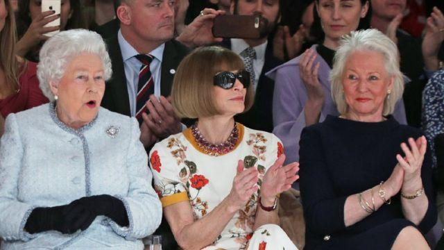Reina Isabel II junto a su modista Angela Kelly y Anna Wintour