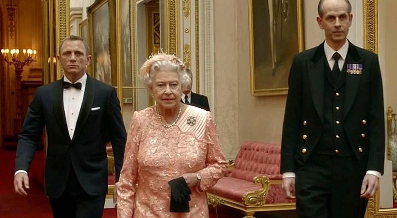 Reina Isabel II junto a James Bond