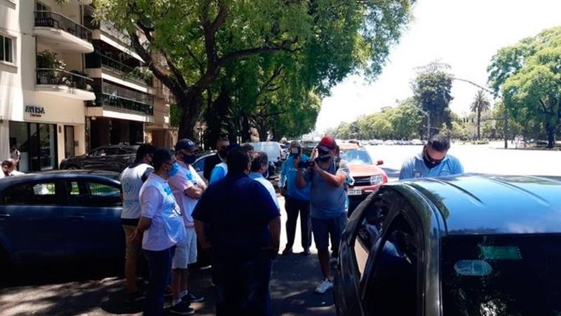Los delegados del Sindicato de Choferes Particulares se manifestaron en la casa de la conductora.
